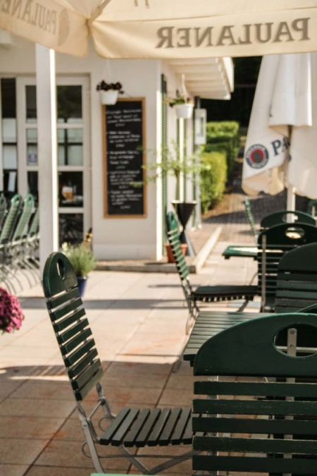 Restaurant Idstein; Sonnenschein über dem Außenbereich des Restaurants Two for You in Idstein
