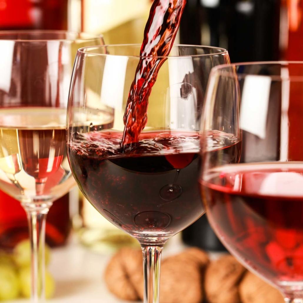 Speisekarte Two for You Idstein, Neuer Rotwein wird aus einer Flasche in ein Glas eingegossen