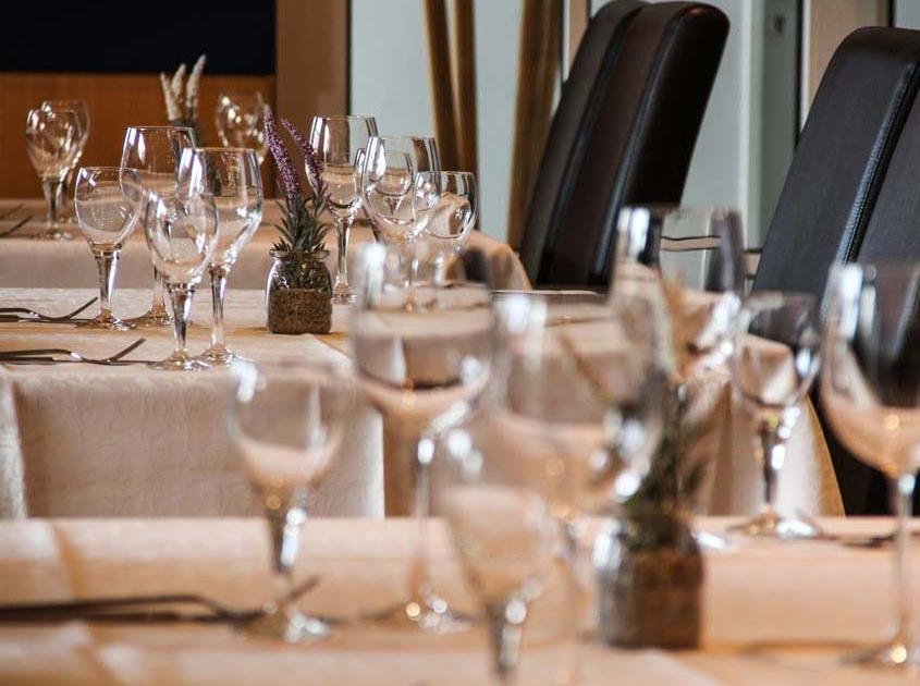 Restaurant Idstein, Gastraum mit gedeckten Tischen von Two for You Restaurant in Idstein